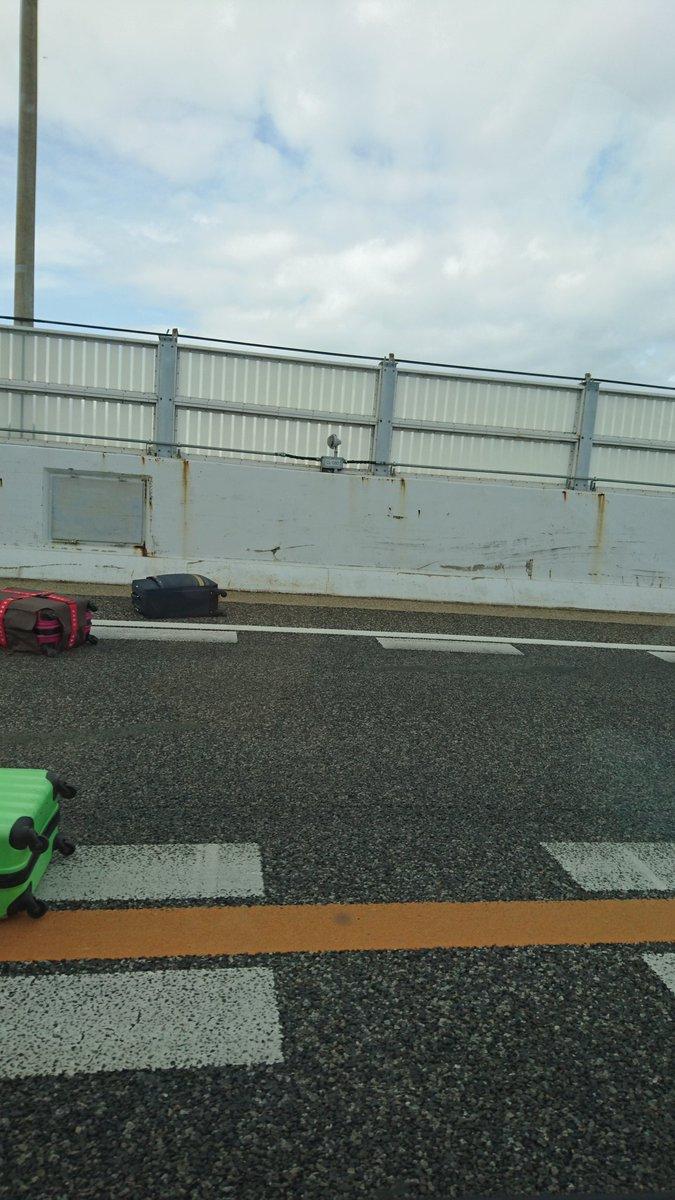 アクション映画の世界w名古屋でスピード出し過ぎの観光バスが客の荷物をばら撒くwww