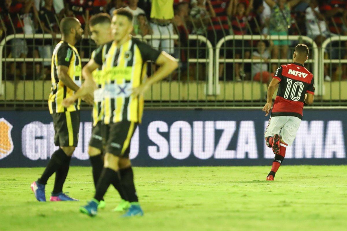 Em noite de golaços, o jovem Pepê deixou sua marca e também fez seu primeiro gol no profissional. No segundo tempo, o camisa 10 fez bonito ao acertar um grande chute para ampliar nossa vantagem. #GenteGrande  Foto: Gilvan de Souza/Flamengo