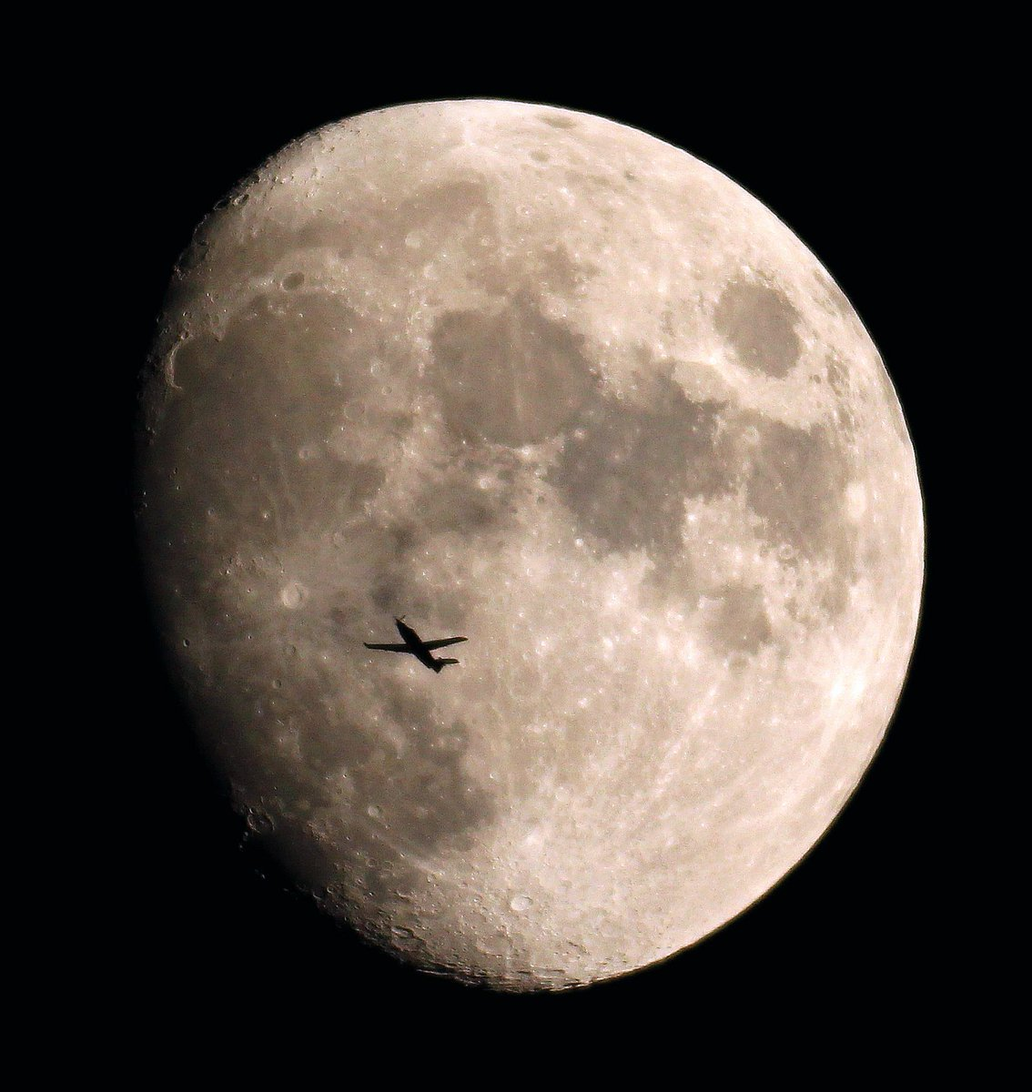 Great #Airplanes shot: #Swiss @PilatusAircraft #Pilatus 🇨🇭 #Moon from @lebribri #France #StunningFoto https://t.co/BvrOW0f8ja #HANA