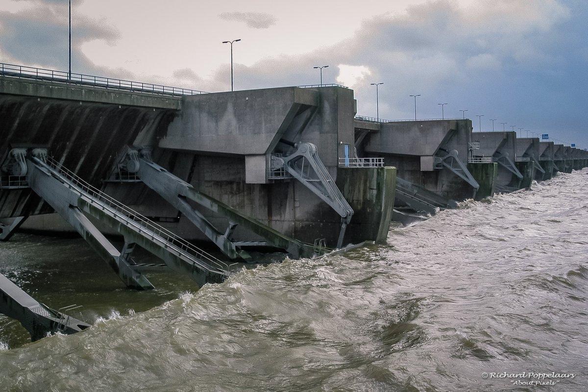 Voelt 15°C anders - om 11:00 uur windvlagen tussen de 71-101 km/u, de temperatuur is 7°C maar voelt als -8°C. Foto's: dezelfde tijd 2004, het water kwam zelfs over de buitensluizen van de Haringvlietdam heen.
