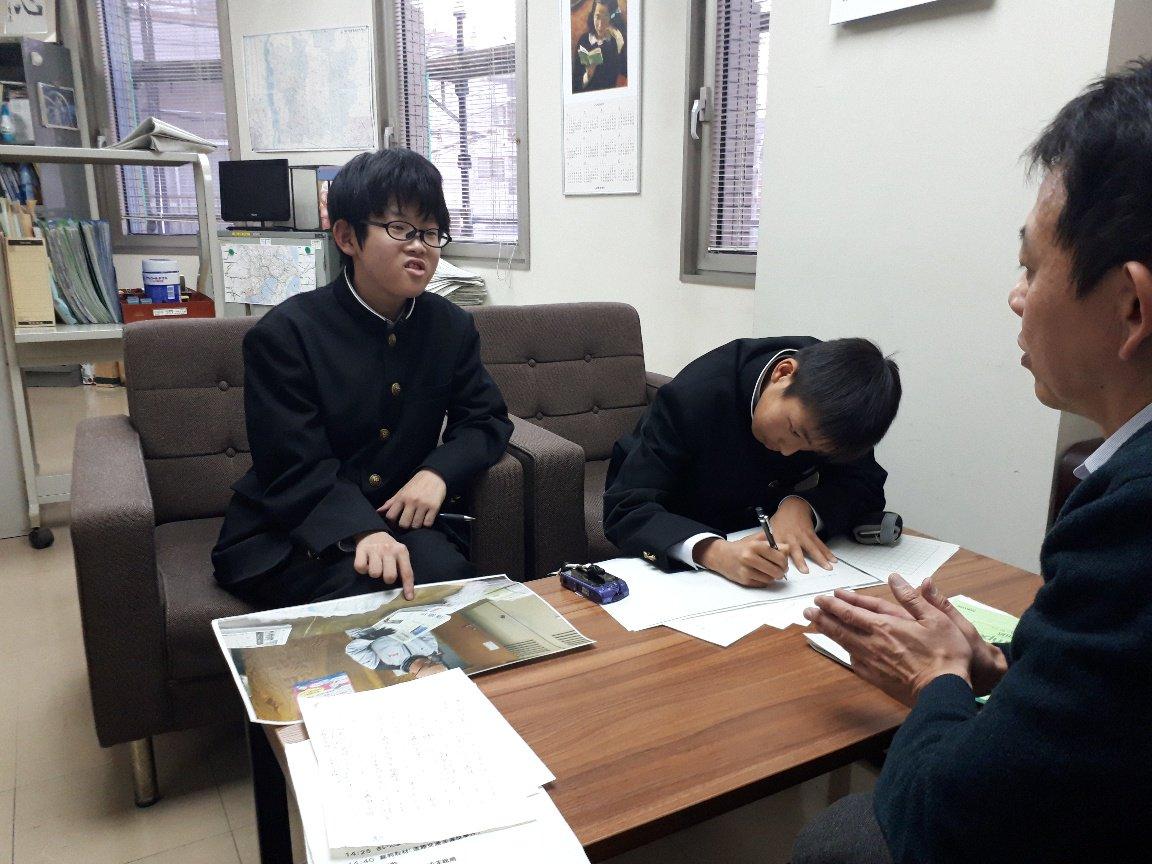 さいたま市立白幡中1年の尾上くん、高松くんが、朝日新聞さいたま総局で職場体験中。きょうのニュースのツイートも書いてくれました。自分たちで取材してきた新聞販売店の様子を、いま原稿にしています。 #朝日新聞 #さいたま総局 #白幡中 #埼玉 #中学生