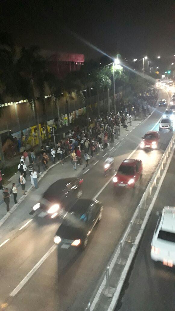 #SP: por causa da paralisação no Metrô, os ônibus viram uma alternativa para algumas pessoas e os pontos começam a encher. Esse é do lado de fora da Estação Artur Alvim.