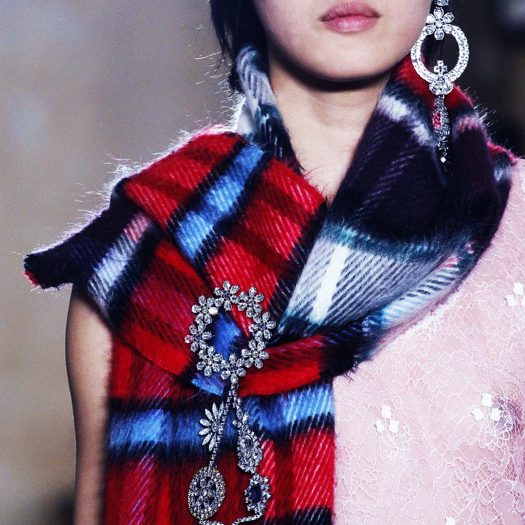 Despite holiday sales estimates falling short for Burberry, the recently debuted FW17 collection was received well for its reinterpretation of British youth culture. #Burberry #vogue #londonfashionweek #FW17 #tartan #winter #scarf #statementearring #jewelry #runway https://t.co/YUaSnbsetK