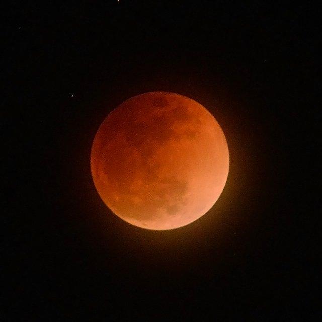 ふたたび、赤い月が雲間から見えてきました。 そろそろ、皆既食も終わりです。この月の色、ぜひ覚えておいてください。