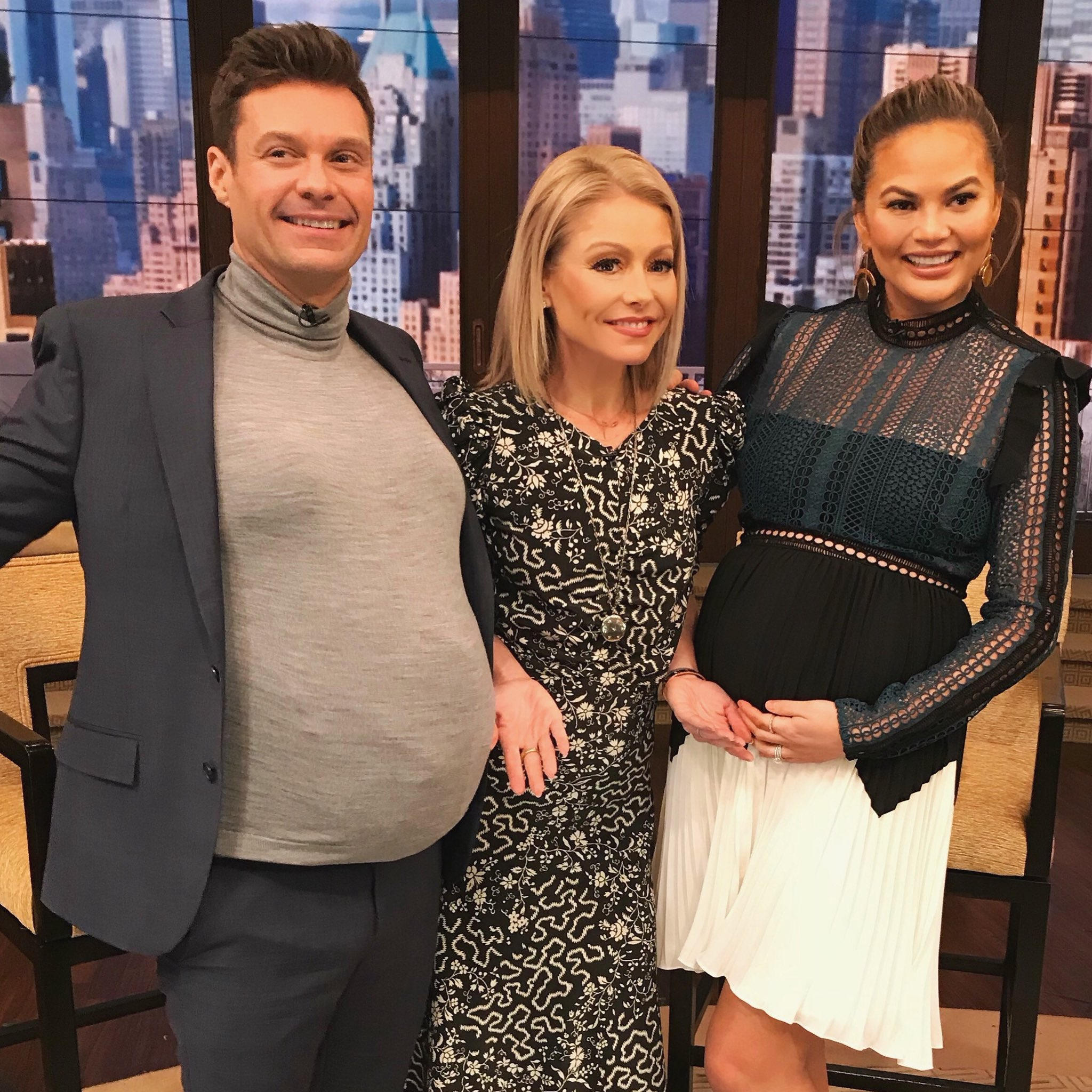 Swapping pregnancy stories with @chrissyteigen #kellyandryan https://t.co/BFXkM9RhDM