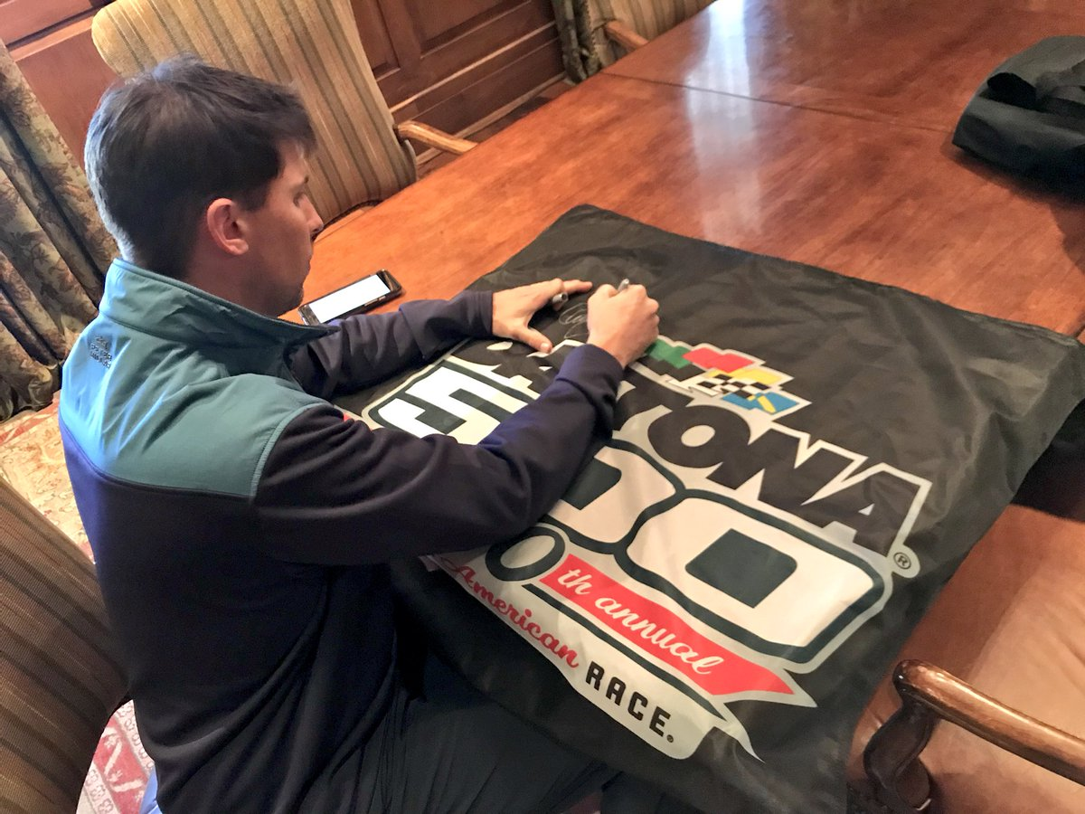 Want to win a #DAYTONA500 flag signed by @dennyhamlin?! RETWEET and we'll pick a winner tomorrow at 10:00 am ET! #ROADTODAYTONA500