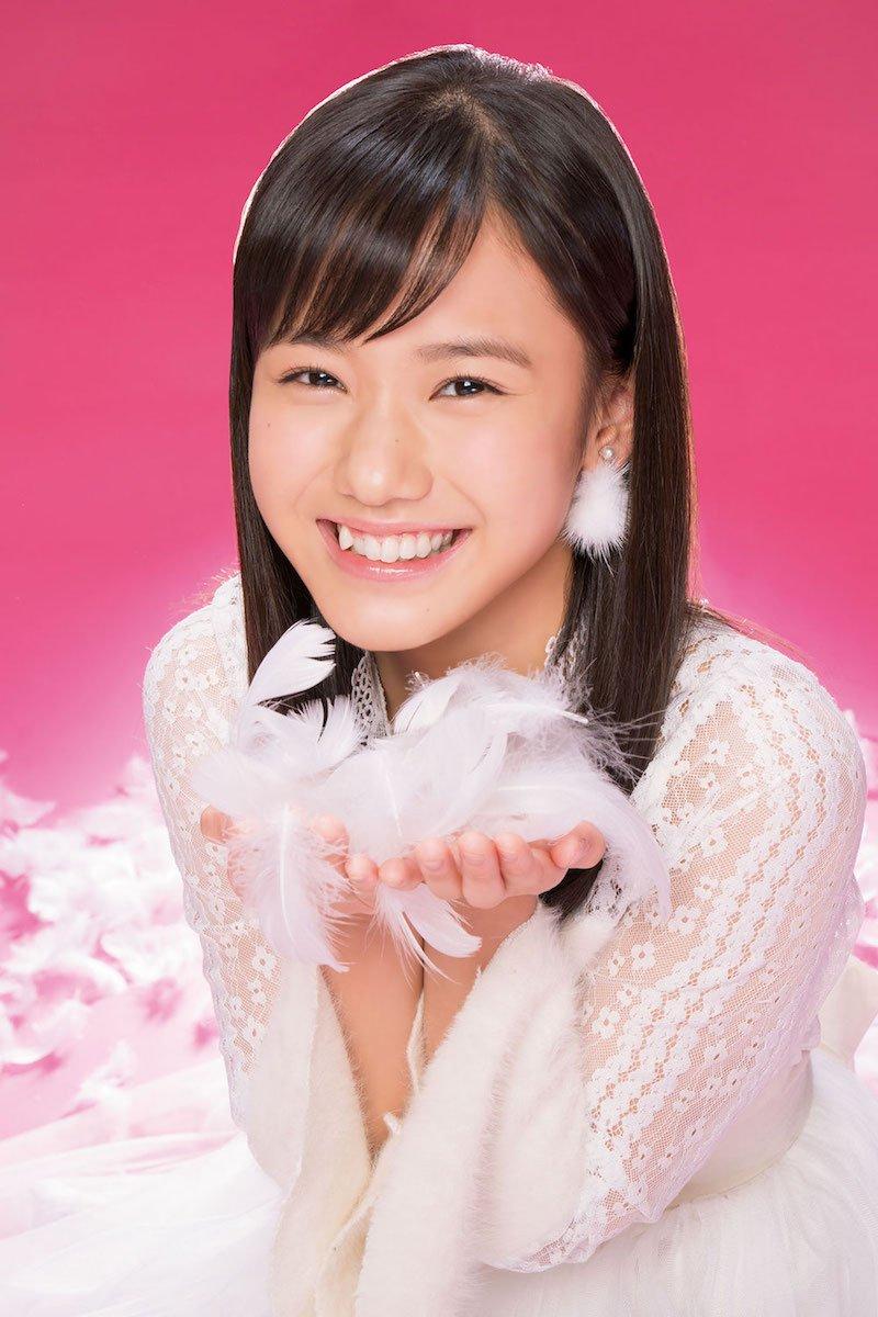 『週刊ファミ通』での白い横山玲奈の衣装の画像