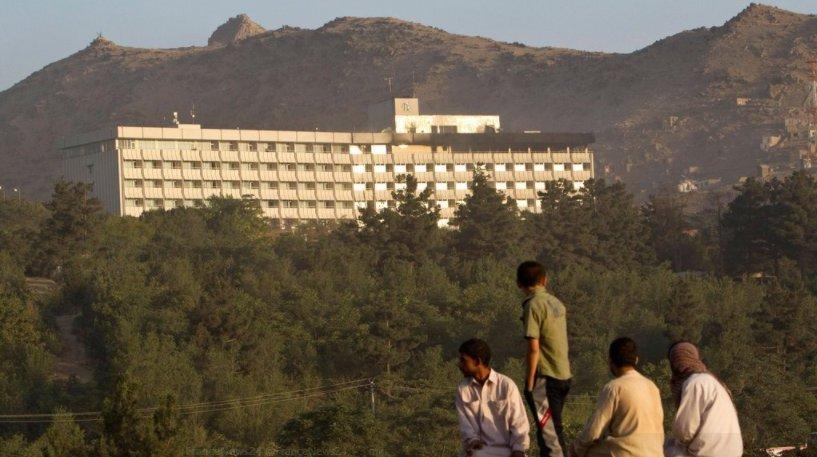 Selon les renseignements afghans, l'attaque a commencé avec un #explosione  et l'électricité a été coupée.  #commandoLe  a mis le feu au quatrième étage de l'hôtel avant de se retrancher au deuxième étagehttps://t.co/fPp0CiqLIl  @FranceNews24➡️  📸