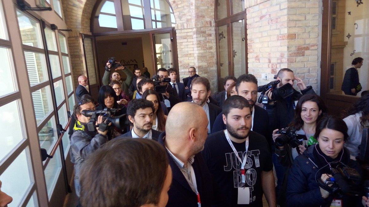 #Abruzzo #Elezioni #DiMaio  #M5s a #Pescara. #Casaleggio e #DiBattista all'ex #Aurum / VIDEO https://t.co/HBlSCOZydL https://t.co/fUaI6MeAXY