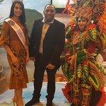 Image for the Tweet beginning: Con la Miss Indonesia en