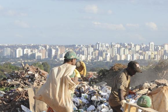 Segundo maior do mundo, lixão de Brasília foi fechado hoje. Confira logo mais a reportagem no #RepórterBrasil às 19h45 #LixãodaEstrutural
