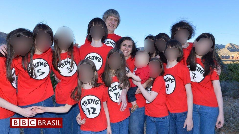 Adolescente de 17 anos foge e avisa à polícia que era mantida em cativeiro pelos próprios pais, mas não estava sozinha. Seus 12 irmãos, com idades entre 2 e 29 anos, também estavam presos. Saiba como foi o resgate https://t.co/5J8SlI2tg7