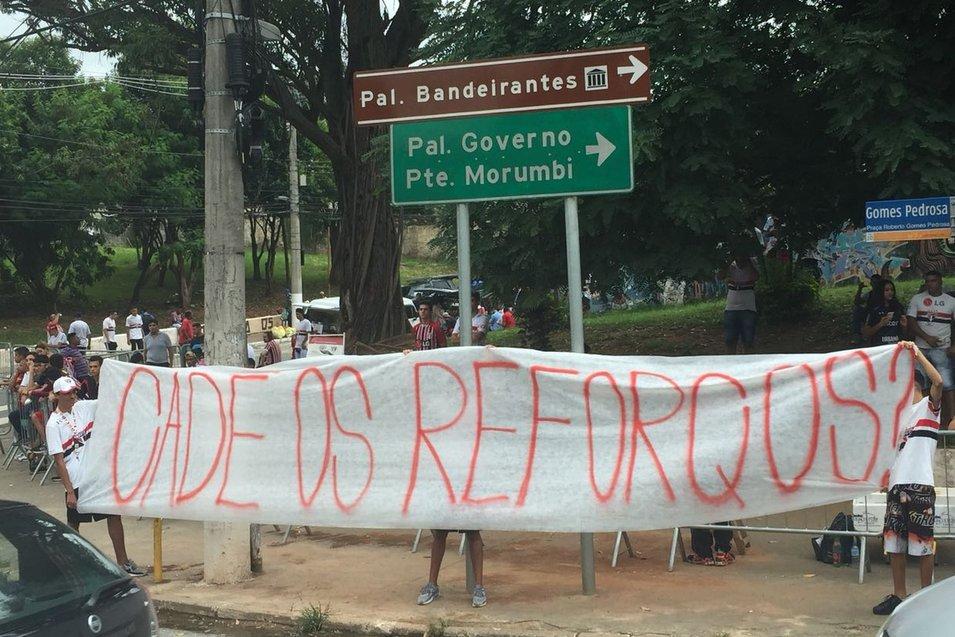 RT @globoesportecom: São Paulo é recebido com protesto no primeiro jogo do ano no Morumbi https://t.co/qWKUCCi0QN https://t.co/R7dXNDQCMk