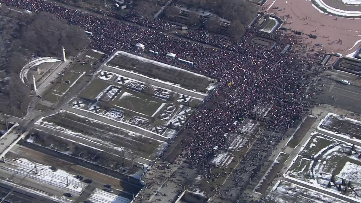 UPDATE: 300K people joined the #WomensMarchChicago, organizers say, surpassing expectations and last year's attendance https://t.co/cBz5Du6kfD #WomensMarchCHI #WomensMarch