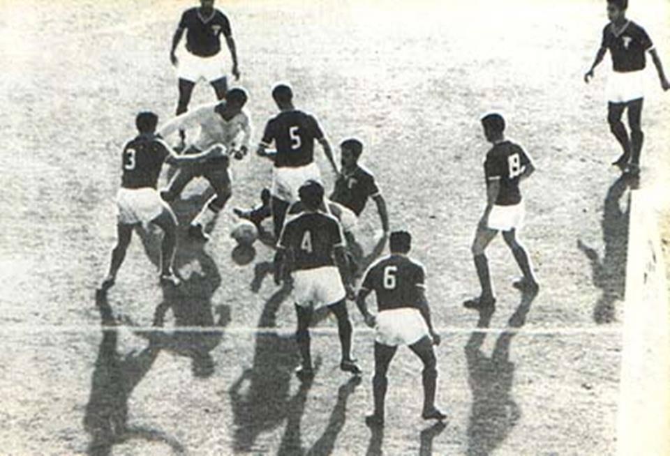 Garrincha driblando mil adversários ao mesmo tempo: há 35 anos, o povo perdia sua alegria.  Garrincha sucumbiu ao alcoolismo em 20 de janeiro de 1983, com apenas 49 anos de idade.