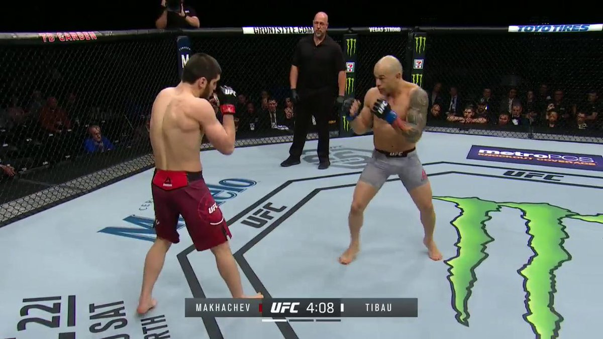 OUT OF NOWHERE!  @MakhachevMMA opens up #UFC220 with a BANG! https://t.co/gz3bS2lY6a