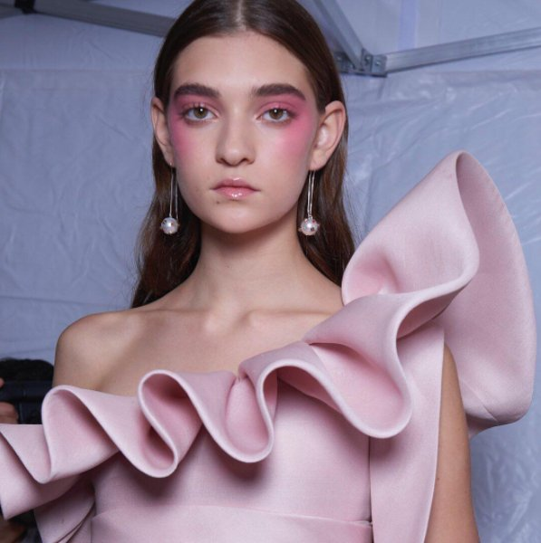 How to wear pink makeup on your eyes, cheeks, and lips at the same time: https://t.co/Ah7nlyrxCA https://t.co/iddzd5swLv
