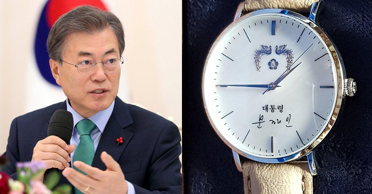 문 대통령, 드디어 '이니시계' 받는다...'청와대 생일 선물'  청와대는 소속 공무원 생일에 대통령 시계를 선물한다.  https://t.co/xWCz52yRwR