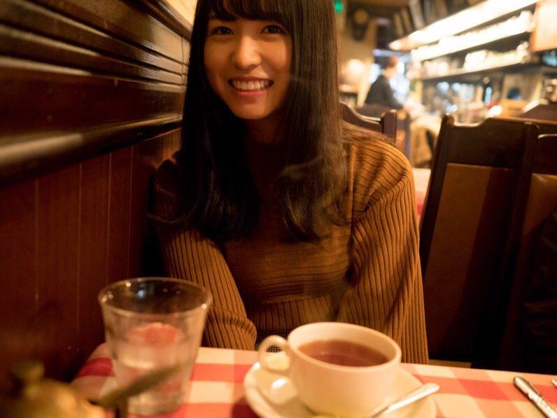 お茶をする長濱ねるの私服の画像
