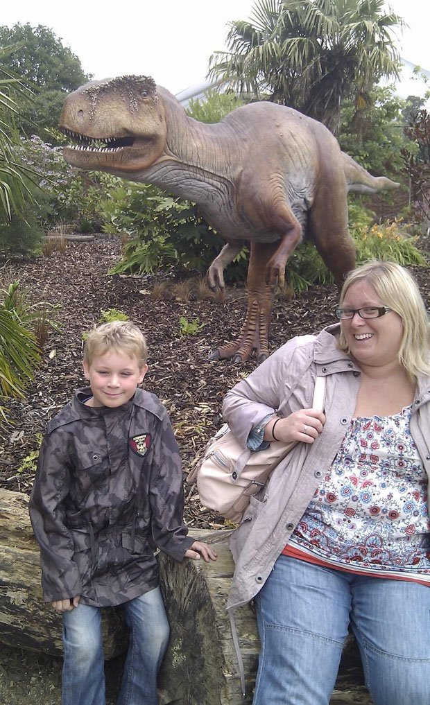 Mum pictured 'bigger than a T-rex' loses 7-stone after family snap shame inspired her https://t.co/8DpaXn99wt