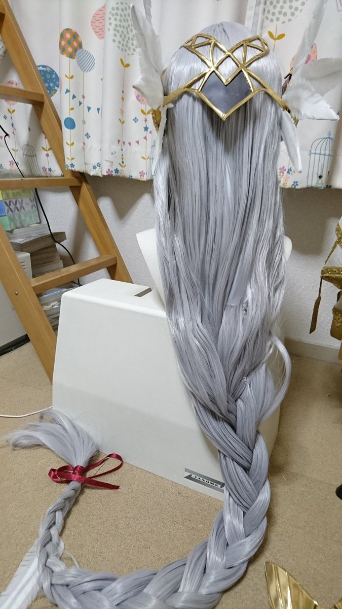 あとウィッグはほんと泣きそうなくらい大変だった。最終的にフィッシュボーンは無理!!!四つ編みで手を打とう!ってことでがっちがちに固めて編みました。ボリュームと長さがを出すためにウィッグ二個使ってます。