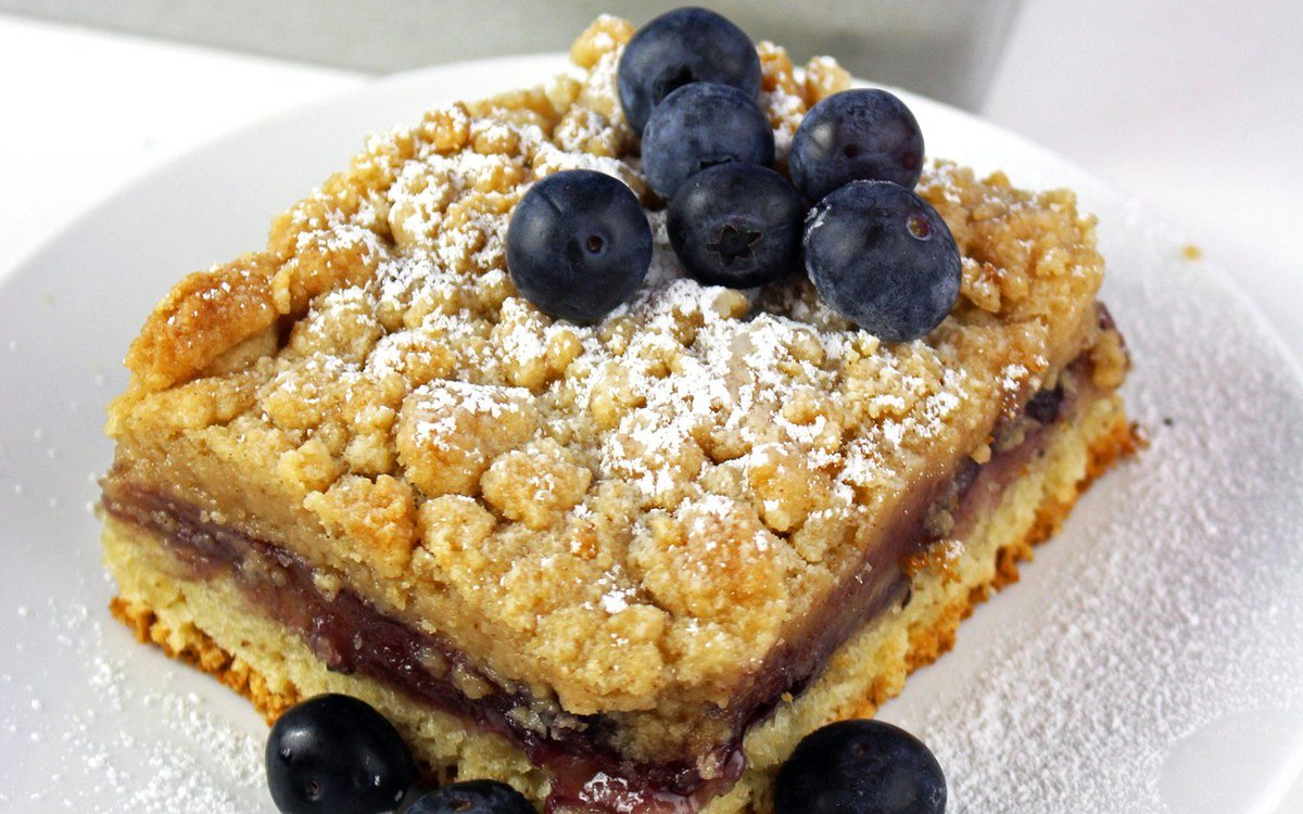 The streusel topping is what makes this dessert so special! https://t.co/KlVYwy65AK