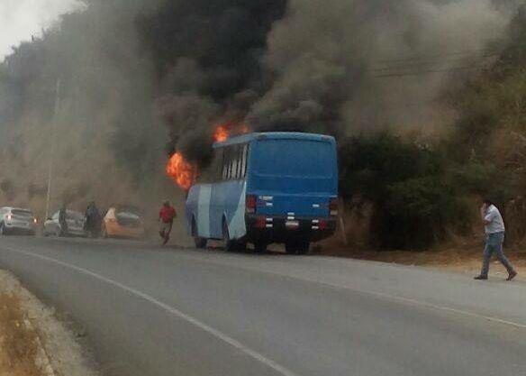 VIDEO | Quillota: Bus que trasladaba a 30 personas se incendia en plena carretera https://t.co/lK6T7SUmsf