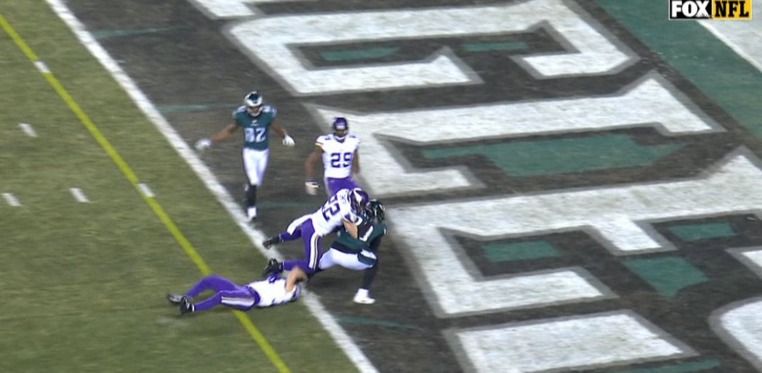 Eagles take the 14-7 lead!   LeGarrette Blount rumbles into the end zone to put the Eagles ahead. https://t.co/2OLdpoTNRY