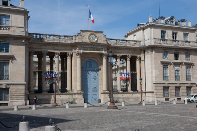 INFO FRANCE INTER. Appartements privés de l'Assemblée nationale : 1 700m² pour loger les fonctionnaires, sans loyer https://t.co/NgxoOByFX2 par @cyrilgraziani