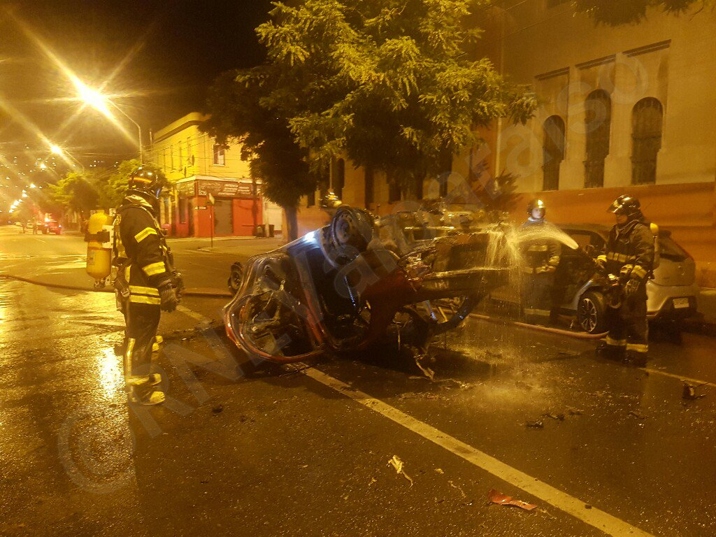 RT @RNEValparaiso #valpo Volcamiento de vehículo con posterior incendio, afectando un segundo automóvil. Sin lesionados @biobio @reddeemergencia @RoloHahn