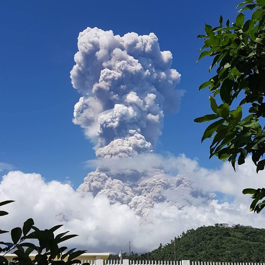 LOOK: Huge ash column seen at Mayon Volcano | Photo by: Ion Ronan Lumawon