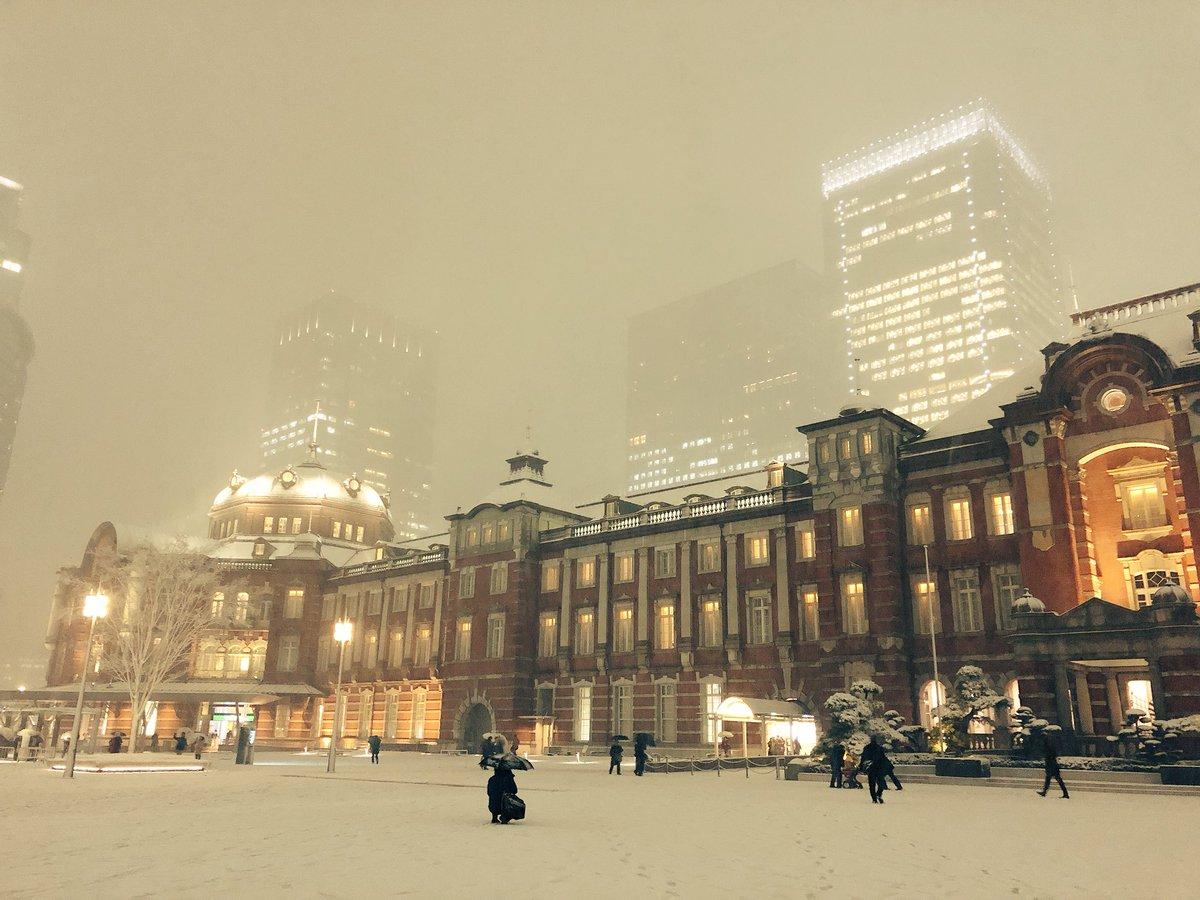 東京駅も雪が降ると昔のヨーロッパの駅みたいになるな。広場には駅を撮影する人たちの自主最前列が形成されていた。前を歩きにくいが、日本人らしいとも言える。