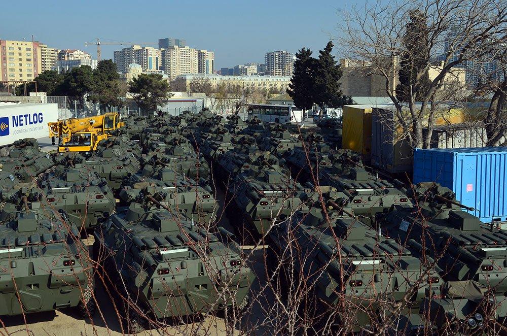 اذربيجان تتسلم كميه من الاسلحه الروسيه  DUJB_LmX4AEhtIW