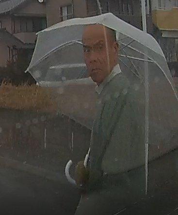 僕の友人が 平成30年1月22日 午後4時頃、稲沢市祖父江町上牧の交通事故現場に遭遇。人命救助中、バッグを盗まれました。この男が持…