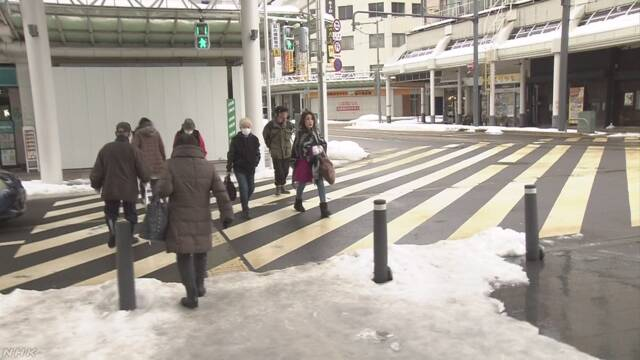 【横断歩道は要注意!!】関東の雪はほぼやみましたが、引き続き積雪や路面の凍には要注意。中でも、横断歩道の白線部は普通の舗装と違って水が染みこまないため氷の膜ができやすく滑りやすいです。通勤通学のときは、転んでけがをしないよう「急がず焦らず」で気をつけてください。