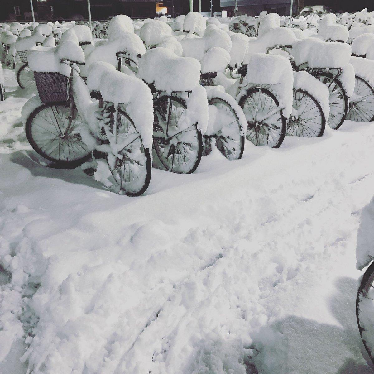 雪。 始発に乗って出勤 たまには悪くないけど、電車混んでるのが苦痛 #雪 #都心 #電車混み混み #今朝 https://t.co/5UnxIygdWW