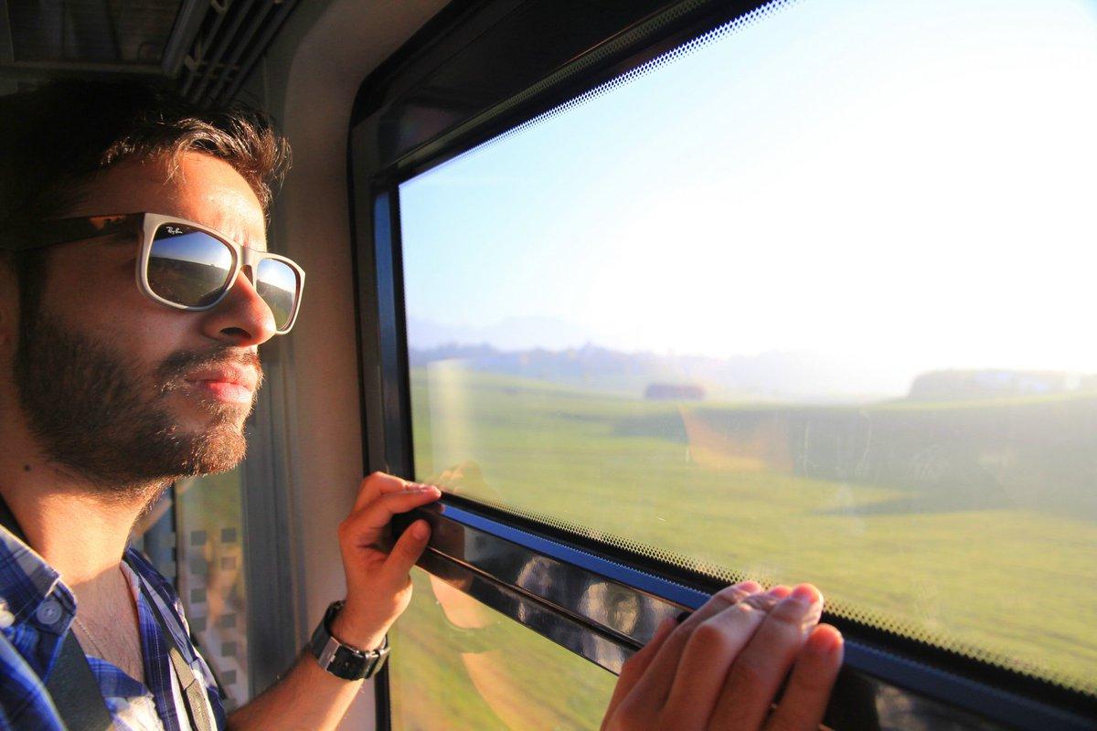 Парень в поезде картинка