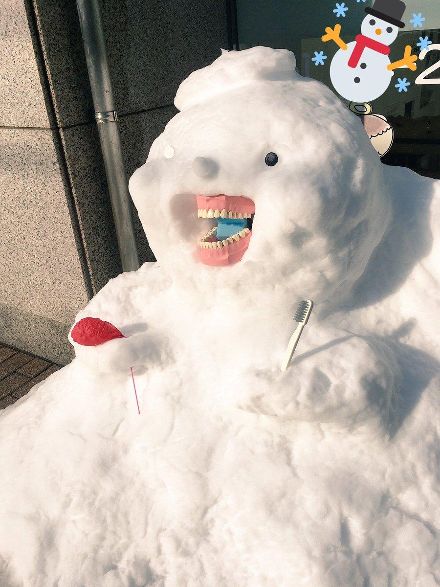 歯医者の前にめちゃめちゃ笑顔の雪だるまあった