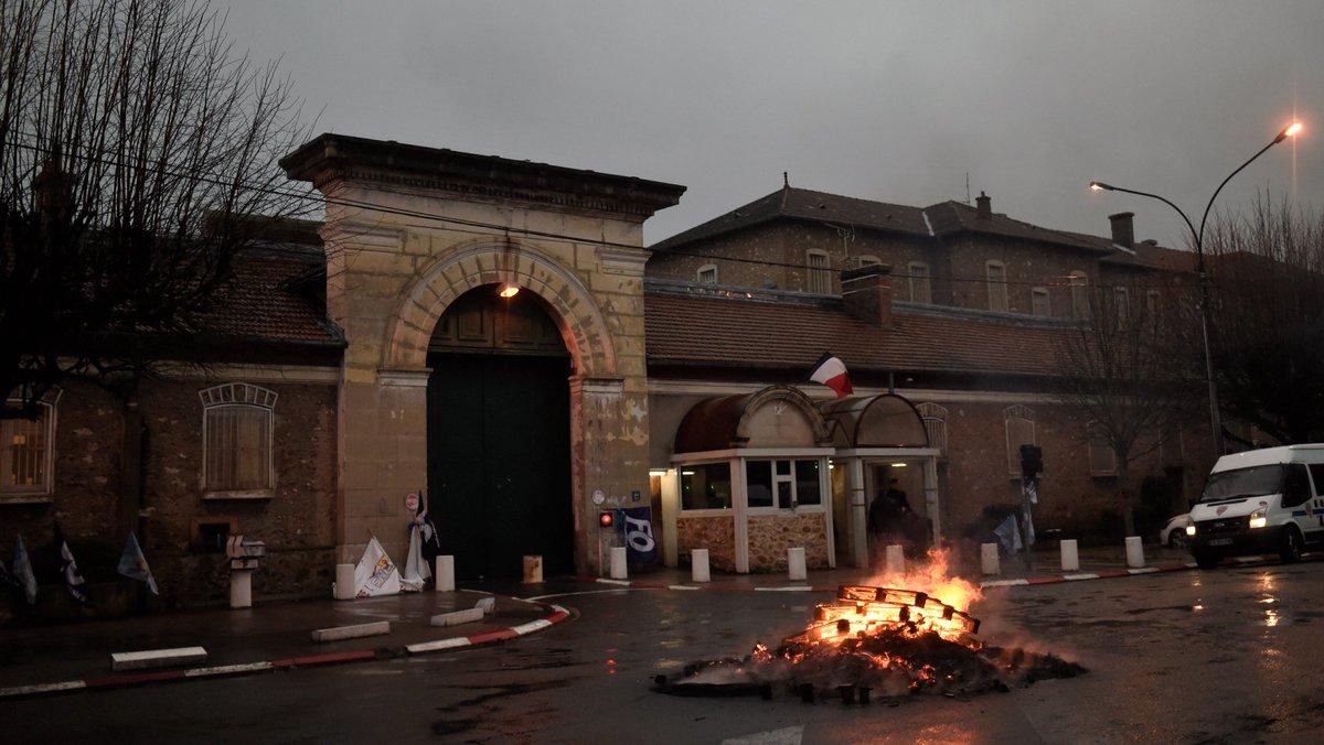 ALERTE INFO - Prisons: les syndicats de surveillants quittent les négociations avec la ministre de la Justice et appellent à poursuivre le mouvement https://t.co/B6NzDWMrIJ