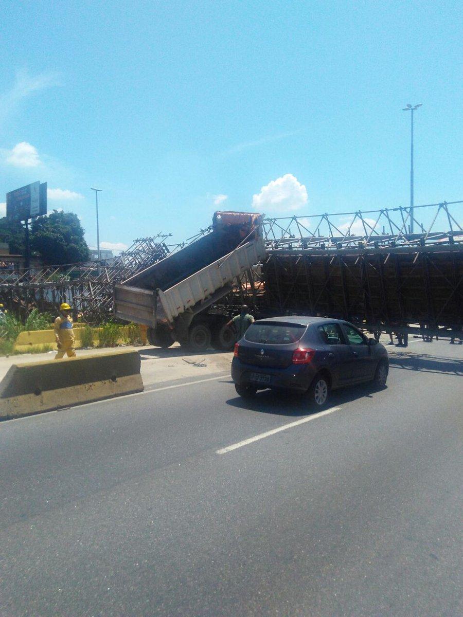 URGENTE: Uma passarela temporária desabou na Avenida Brasil, na altura de Cordovil. A via está totalmente interditada. De acordo com testemunhas, a caçamba de um caminhão estava acionada, causando o acidente. Em instantes, outras informações.