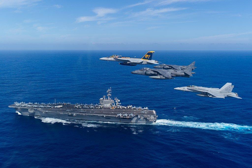 本日の壁紙におすすめの画像はこちら。空母カール・ヴィンソンと海兵隊のAV-8Bハリアーが一緒に写っているのは珍しいですね。