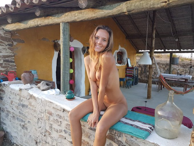 Kisses to you my dear friends 💋#nudist #naturist #nude https://t.co/c4XPOJZdQm
