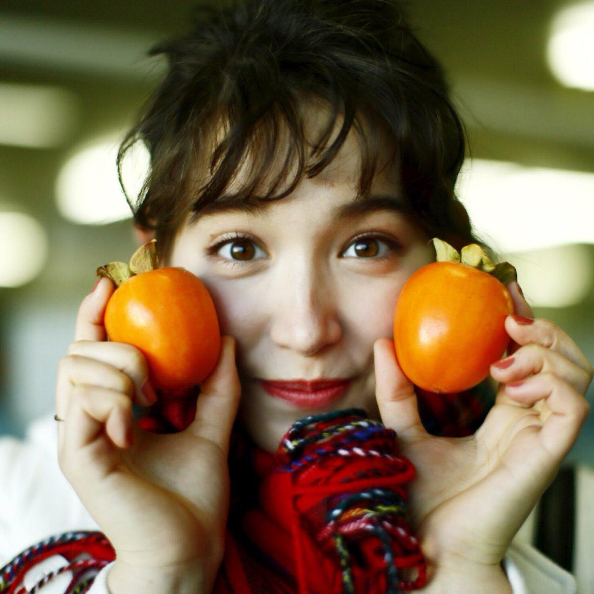 柿を持っているトラウデン直美