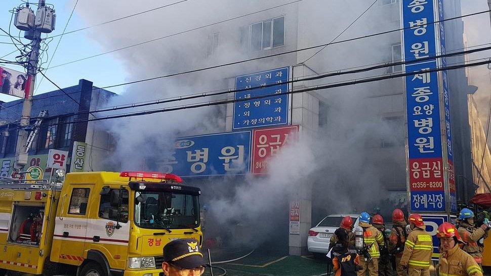 Al menos 31 muertos y más de 40 heridos en el incendio de un hospital en Corea del Sur DUbd-PdV4AAQOw7