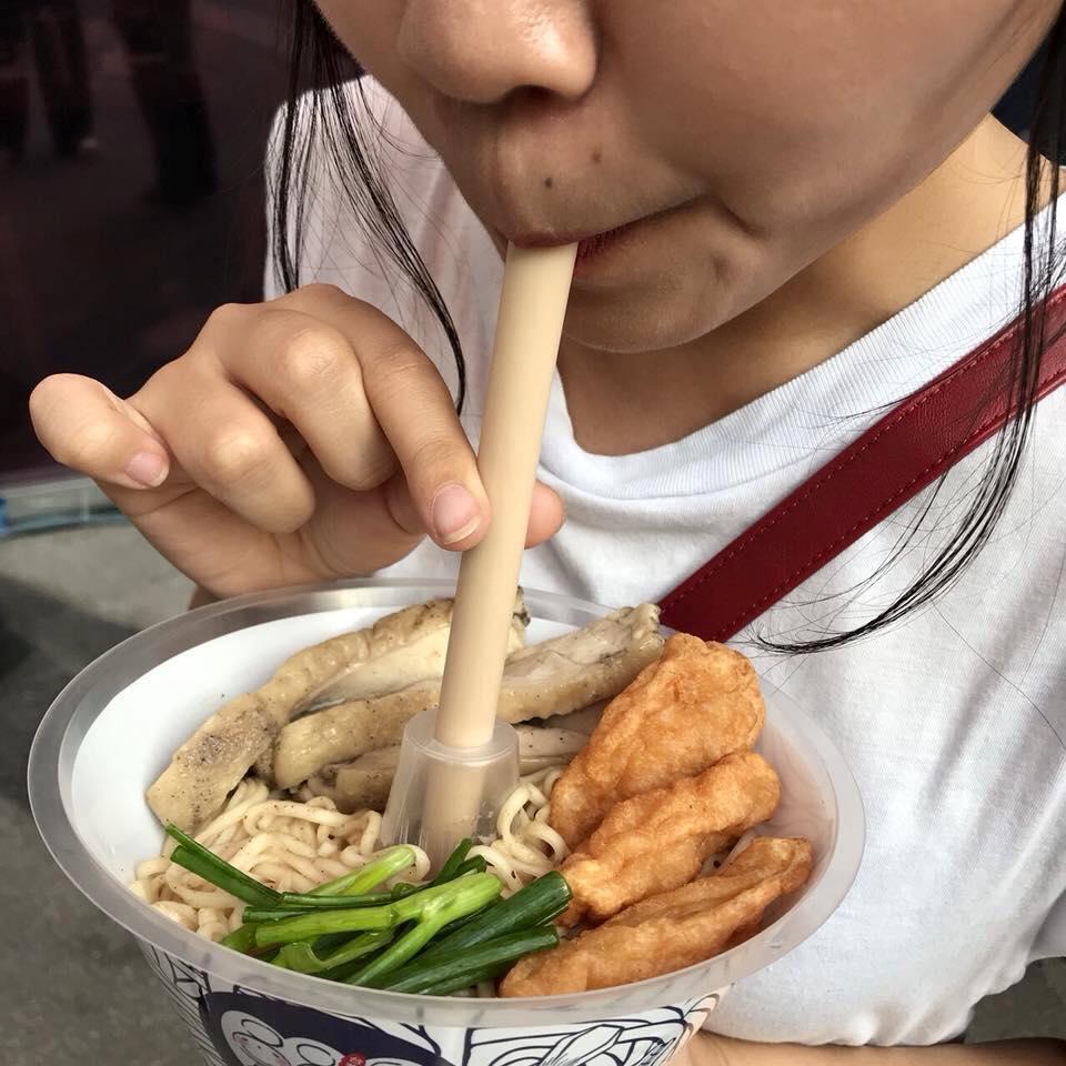 バンコクの屋台で新たなテイクアウトスタイルが誕生?丼とドリンク両方を片手で持てる!