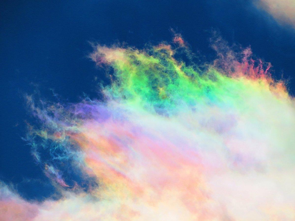 すごい彩雲に出会った. わずかな時間でダイナミックに色も形も変化していく空の彩り.青空に映える彩雲の虹色がとても幻想的で,見惚れてしまった.