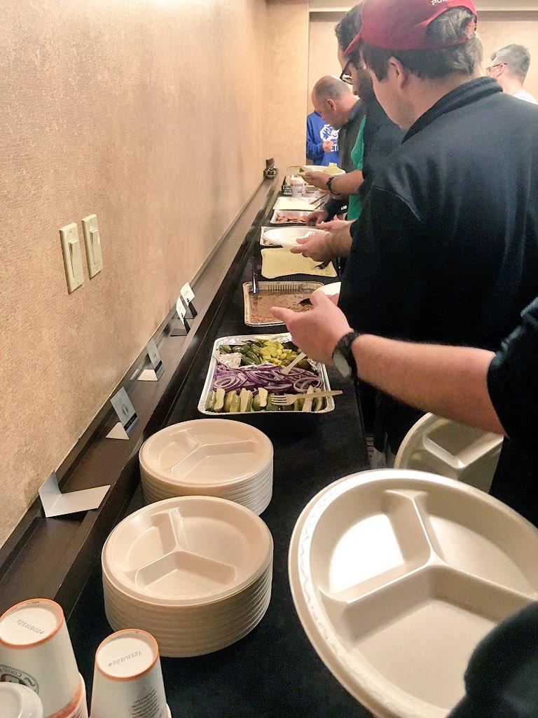 ダラス初日夕食。ミーティングでスタッフに挨拶をして、一緒にバーベキューを頂きます!