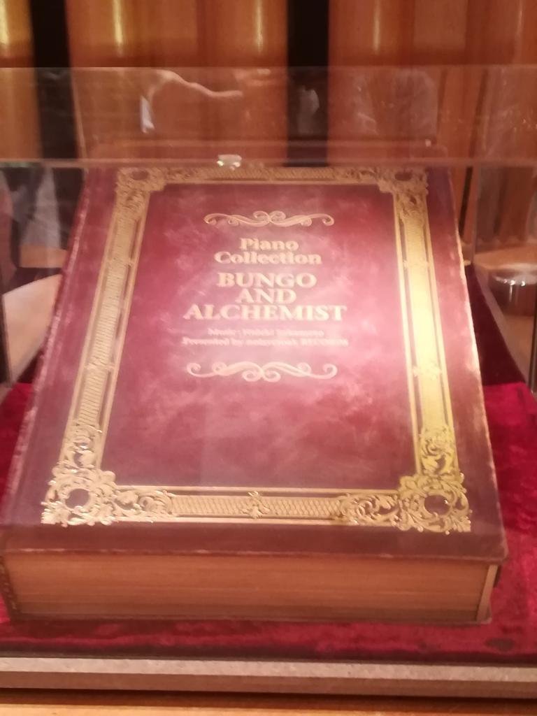 ピアノ独奏集のブックレットの本が飾ってあったんだけど裏にまで歯車の紋章があったり素晴らしかった…実物あったんだ!ってびっくりした