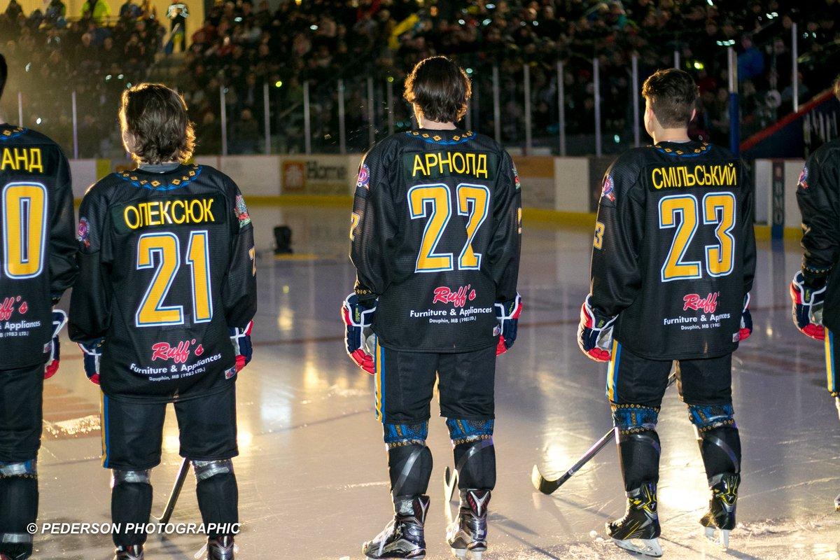 Хоккей с саблями и в вышиванках. В Канаде состоялся хоккейный матч с украинским колоритом - изображение 3