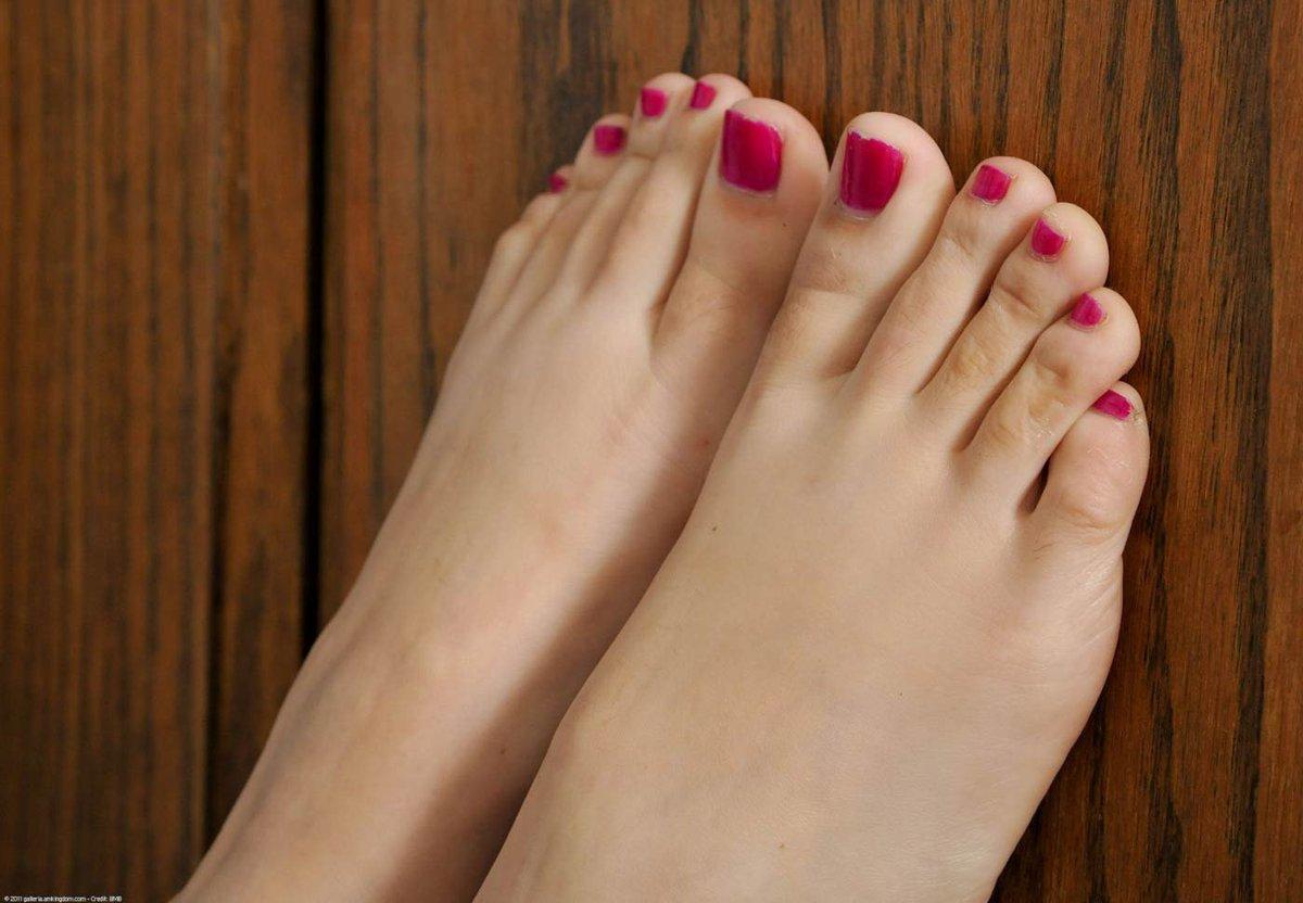 доживших зимы фото крупным планом пальцев ног девушек даже думать надо